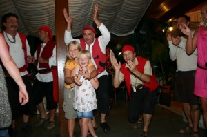 2 glade piger med Pirater