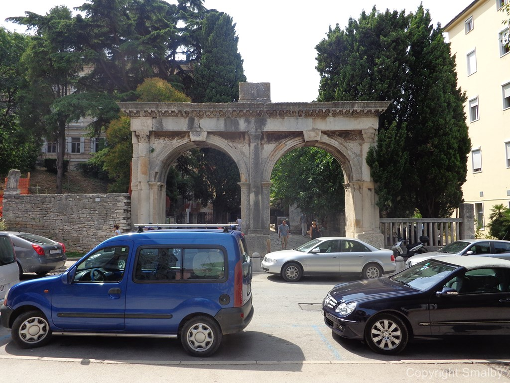 Pula Twin Gate